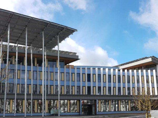 Installation photovoltaïque sur terrasses, acrotères et auvent de Deltagreen à Saint-Herblain (44)
