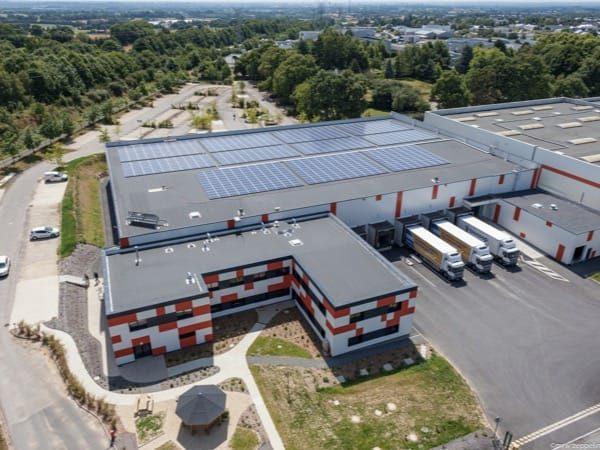 Installation photovoltaïque en autoconsommation sur toiture d'un entrepôt Biocoop à Melesse (35)