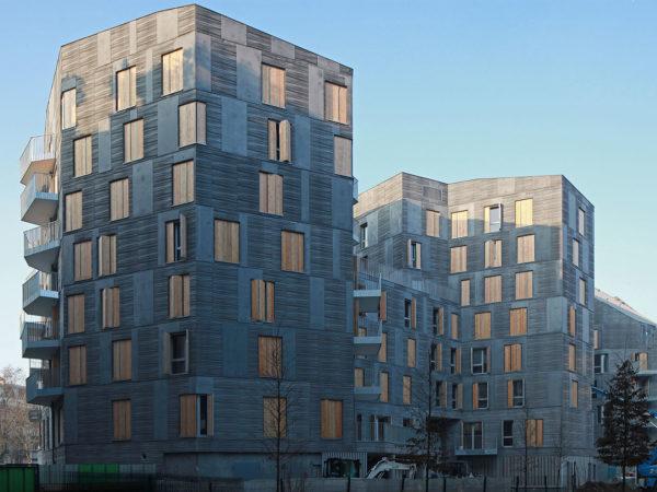 Immeuble d'habitation en béton matricé, autonettoyant et teinté gris foncé dans la masse