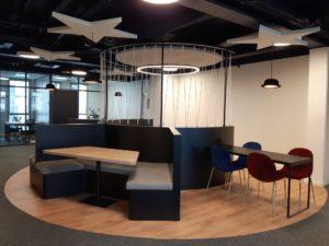 Une architecture intérieure sur le thème des arts du cirque pour des bureaux en flex office.
